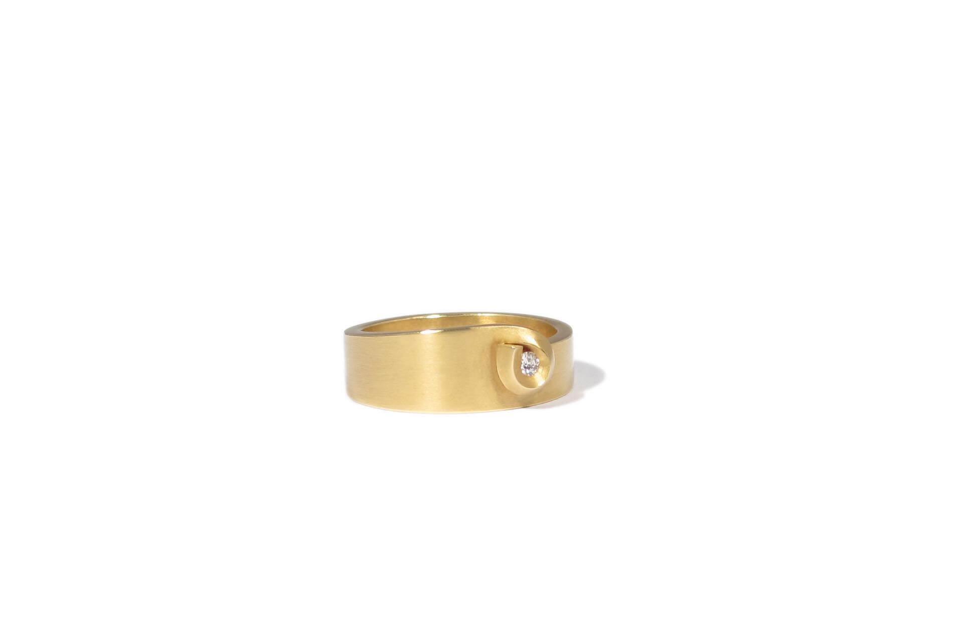 Niessing gold ring with a white diamond