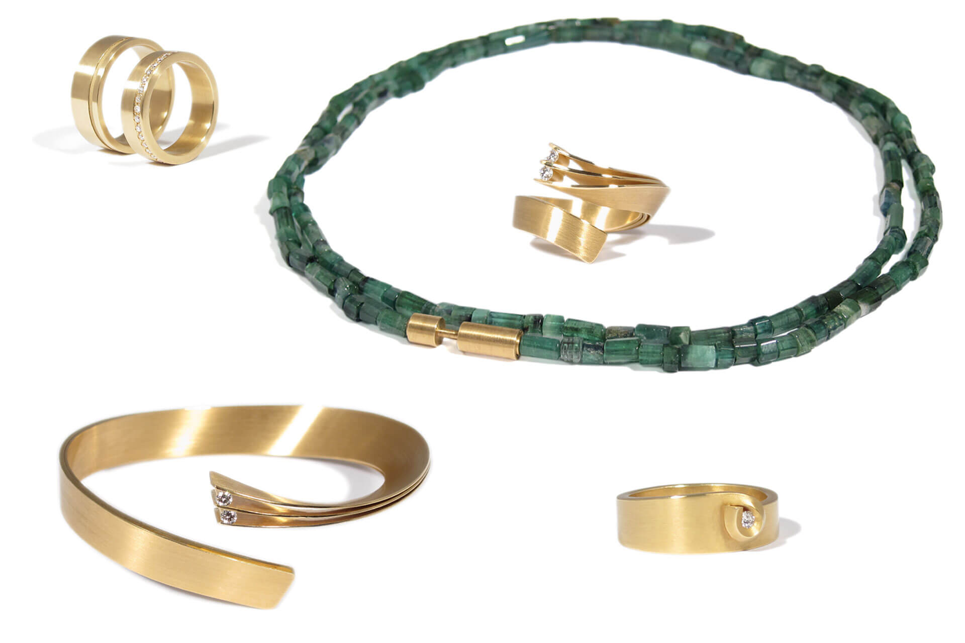 Gold rings, bracelets and a green tourmaline necklace, ideas for luxury gifts.