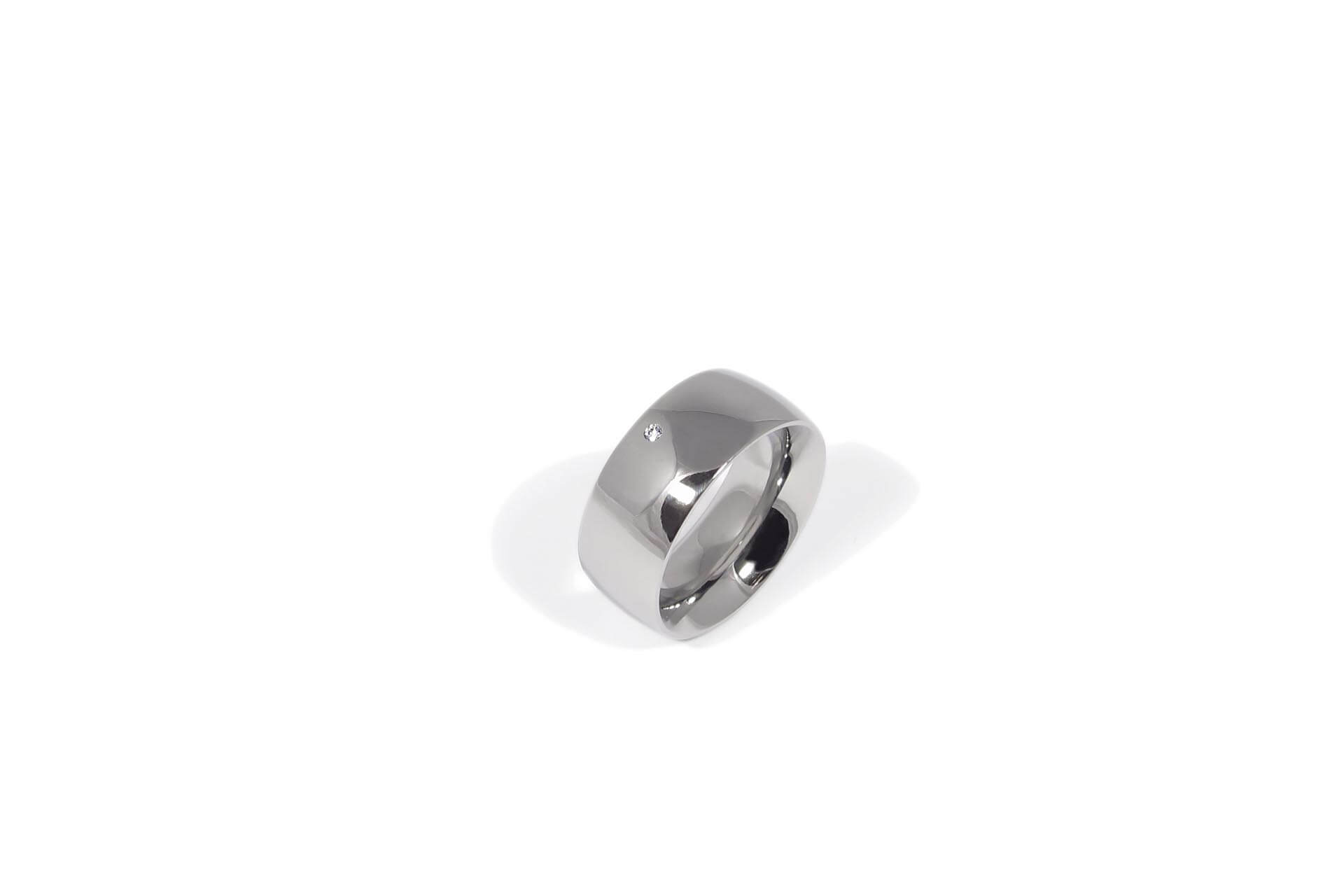 Polished stainless steel ring with white diamond. Top view. R.9.005